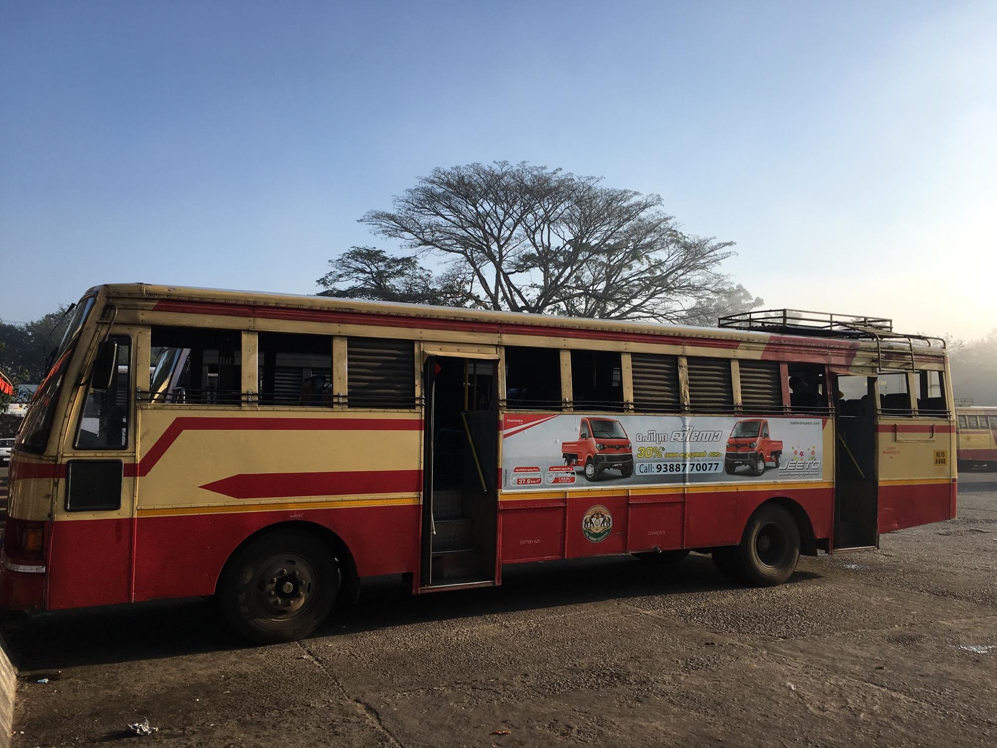 Avtobus z rešetkami na oknih